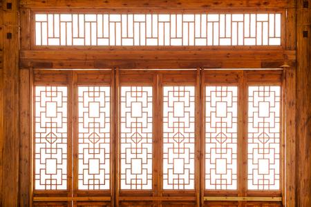 Nahaufnahme chinesische alte Holzrahmentür mit dekorativem Muster