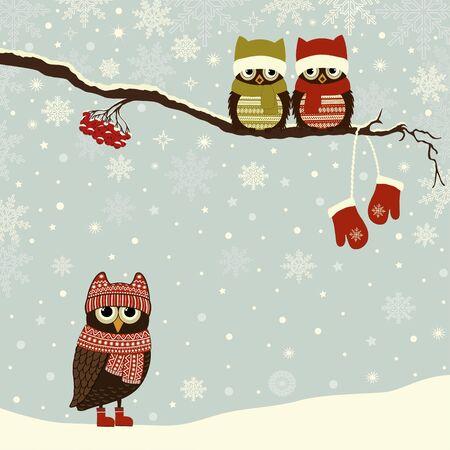 Tarjeta navideña con lindos búhos en invierno