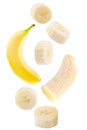 Frutti cadenti isolati. Frutta di caduta della banana isolata su fondo bianco con il percorso di ritaglio come elemento di progettazione di pacchetto. Archivio Fotografico - 93758572