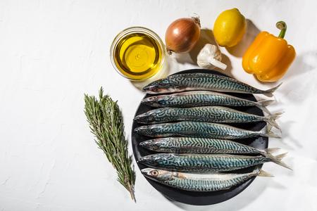 Contexte d'une alimentation saine avec du poisson bleu, des légumes et des superaliments. Mise au point douce, espace de copie gratuit. Banque d'images
