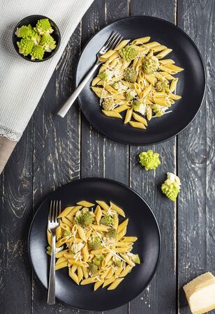 Pasta with Roman broccoli is a delicate first vegetarian that whets the appetite, very quick to prepare, Top view, Archivio Fotografico - 132810167