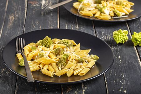 Pasta with Roman broccoli is a delicate first vegetarian that whets the appetite, very quick to prepare, Top view, Archivio Fotografico - 132913701