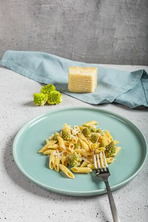 Pasta with Roman broccoli is a delicate first vegetarian that whets the appetite, very quick to prepare, Top view, Archivio Fotografico - 132933509