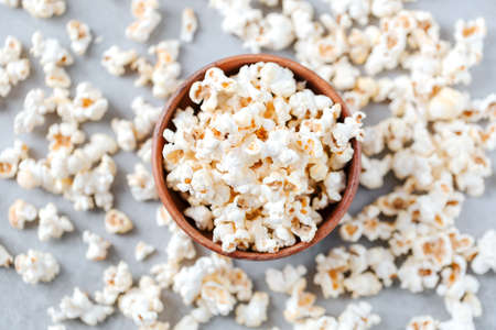 Flat lay fresh popcorn in a wooden bowl on a grey background Archivio Fotografico - 160651546
