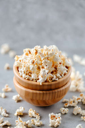 Popcorn in a wooden bowl on a grey background Archivio Fotografico - 160651589