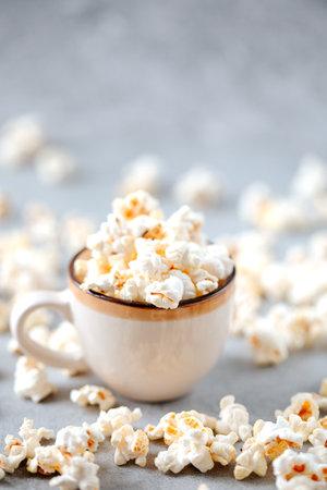 Homemade popcorn in a ceramic bowl on a grey background Archivio Fotografico - 160651468