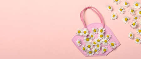 Creative flat lay with daisy flowers and pink fpp2 or KN95 mask Archivio Fotografico