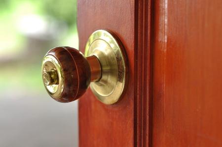 porte bois: Brass métalliques Knob porte portes ouvertes Banque d'images
