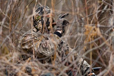 goed verborgen jager noemt eend Stockfoto