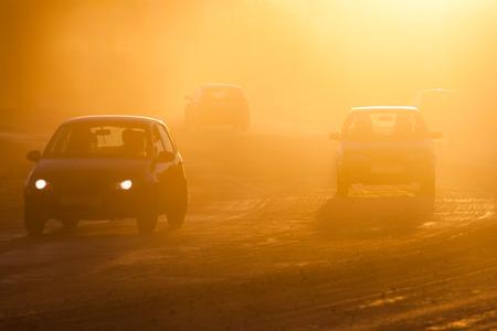Smog van bosbranden op de weg Stockfoto