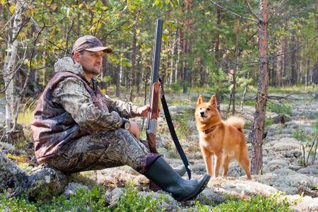 jager met hond tijdens de rest