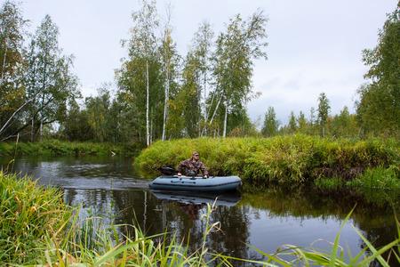 Hunter gaat in een motorboot