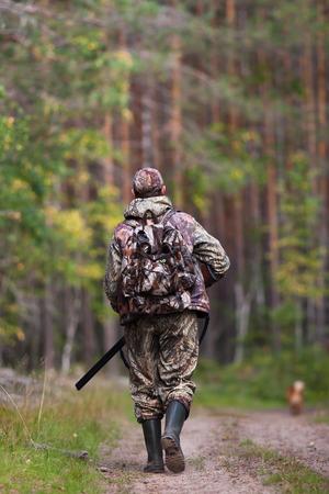 jager lopen met kanon op de bosweg Stockfoto