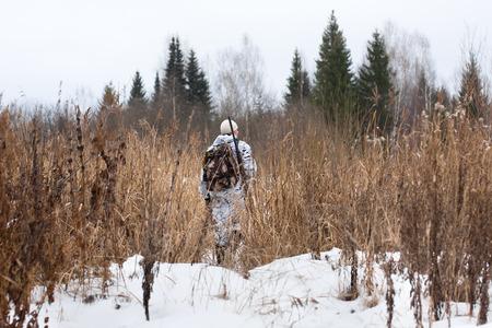 jager met pistool op de besneeuwde veld Stockfoto