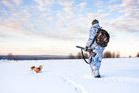 the hunter: cazador en los esqu�s en la caza de invierno
