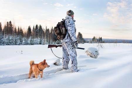 Chasseur sur les skis sur la chasse d'hiver Banque d'images - 35518622