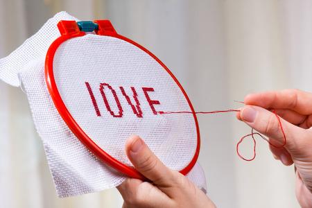 punto de cruz: manos bordar en punto de cruz una palabra amor