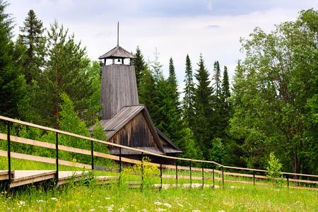 under fire: Khohlovka, Rusia - 18 de junio de 2014. estaci�n de bomberos rural en el museo bajo el cielo abierto en Khokhlovka.
