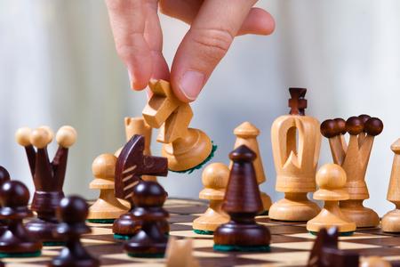 ajedrez: la mano del jugador de ajedrez con el caballero blanco