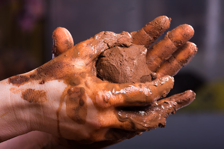 raw clay in the hands of women Imagens