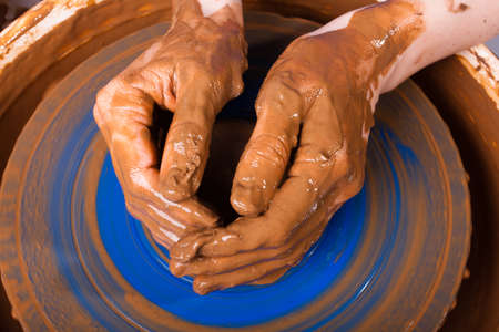 alfarero: manos de alfarero en torno de cer�mica