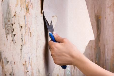 verwijderen van oude wallpapers met een spatel