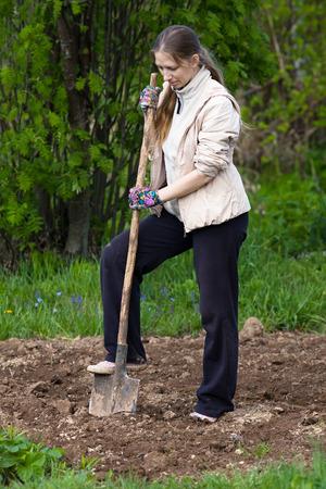 vrouw graven in de moestuin Stockfoto
