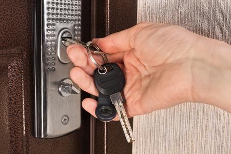 hand ontgrendeling voordeur met sleutel, close-up