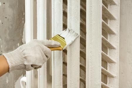 hand schilderij radiator centrale verwarming met borstel
