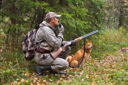 jager met een grouse-oproep wachtend op een prooi