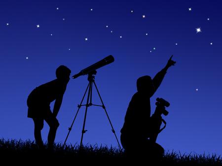 Vater und Sohn studieren den Sternenhimmel durch ein Teleskop auf dem Rasen