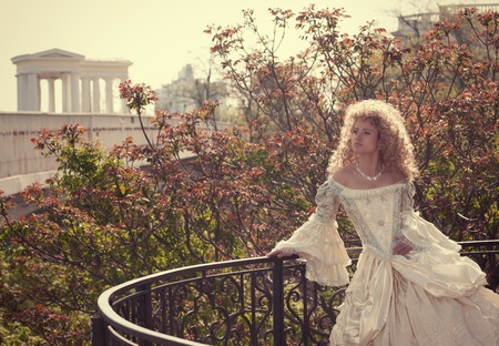 バルコニーに中世のドレスで美しい女性 写真素材
