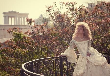 middeleeuwse jurk: Mooie vrouw in middeleeuwse kleding op het balkon Stockfoto