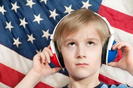 bandera inglesa: El aprendizaje del lenguaje - niño de Inglés Americano, mirando hacia arriba