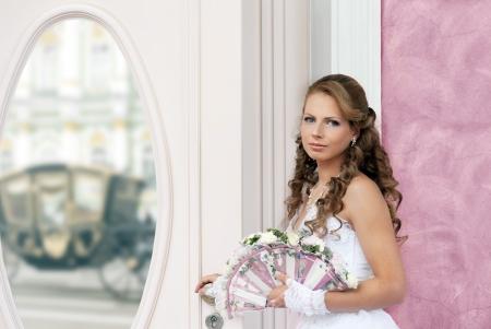 Bride Hochzeit mit Fan-Bouquet in der N�he des Spiegels Lizenzfreie Bilder - 14996136