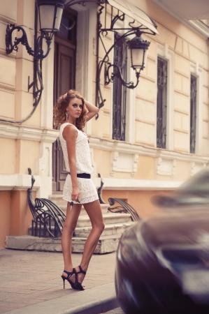 彼女の手で車のキーを持つかなり若い女性