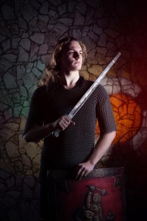 espadas medievales: Retrato de joven caballero Foto de archivo