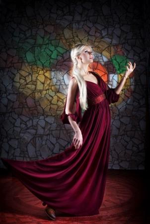 中世のドレスを着た女性の肖像画