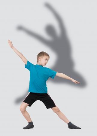 silueta bailarina: El calentamiento muchacho con la silueta del bailarín s detrás de él Foto de archivo