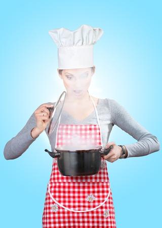 vapore acqueo: Giovane donna guardando il vapore che fuoriesce dalla pentola, su sfondo astratto grigio