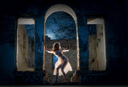 廃墟のビルのアークの神秘的な女性像 写真素材