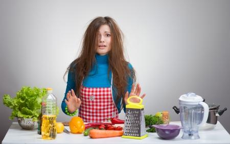 台所のボサボサの抑うつ女性