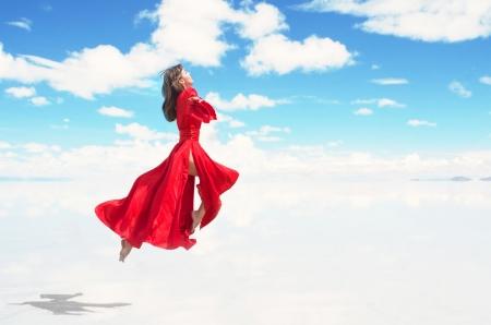 Donna volare in kimono rosso Archivio Fotografico - 22349960
