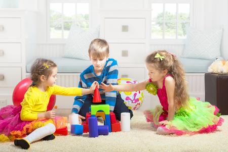 preteen boy: Gar�on de la pr�adolescence jouant avec deux filles plus jeunes