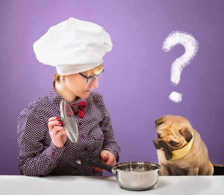 quizzical: Mujer en el sombrero del cocinero s y su perro mirando una olla con una expresi�n burlona, ??fondo p�rpura
