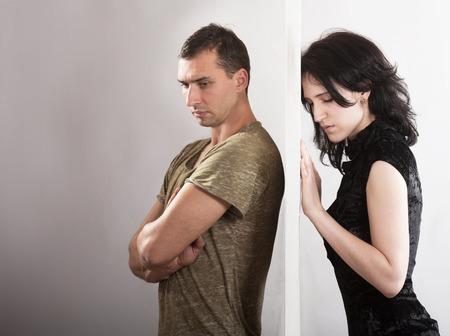 男と女のドアのいずれかの側に立っている間の競合