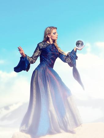 vestido medieval: Cuento de hadas de la bruja con una esfera mágica Foto de archivo