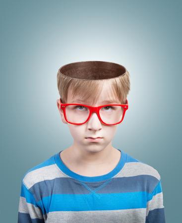 カメラを見て開いて頭とプレティーンの少年の概念 写真素材 - 30512458