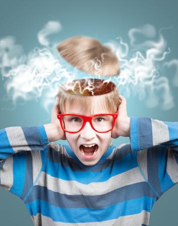 開かれた頭で叫んで少年の概念 写真素材 - 30512462