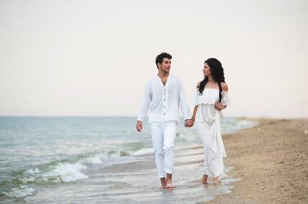 ロマンチックなカップルは海岸に沿って歩く 写真素材 - 32614393